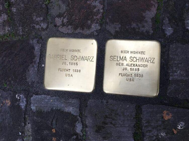 Zwei Stolpersteine erinnern an die jüdische Familie Schwarz.