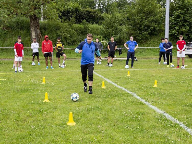 Den Jungs aus seinem Meisterteam zeigt er beim Training, dass der Ball noch immer sein Freund ist: der ehemalige FCK-Profi und D