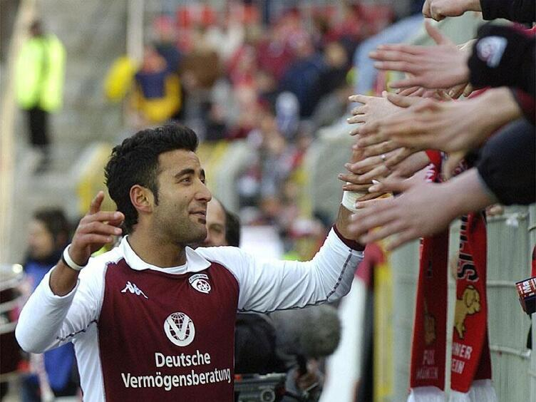 Selim Teber 2005 nach dem Spiel gegen Gladbach. Die Fans feiern mit ihm den 1:0-Sieg des FCK.