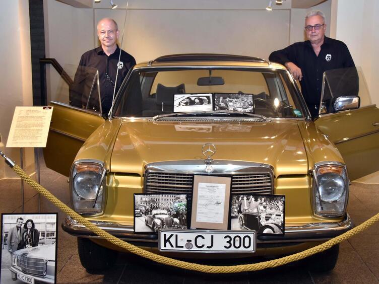Meistfotografiertes Stück bei der Ausstellung Zu Ehren Fritz Walters: sein Mercedes. An dem Originalwagen zu sehen die beiden Au